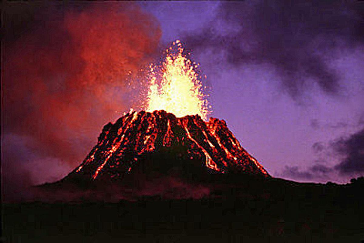 火山が噴火する夢は、抑圧された感情の爆発を予兆!?  大きな感情の動きを示す、火山の夢